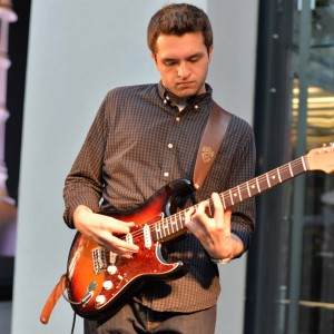 Andrew Como - Singing Guitarist in Mount Sinai, New York